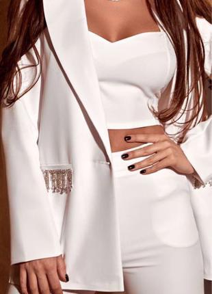 Белый брючный костюм тройка с камнями