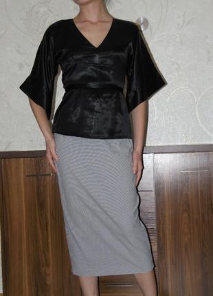 Черная атласная блуза с поясом, рукав клеш