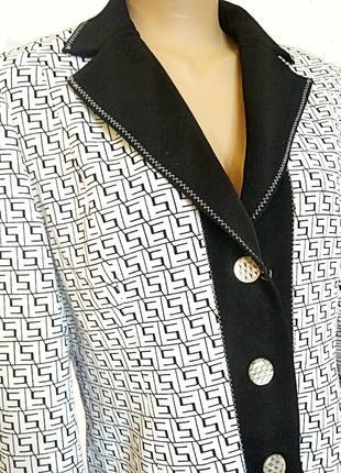 Белый пиджак с черным орнаментом