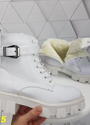 Ботинки зимние белые на массивной тракторной подошве