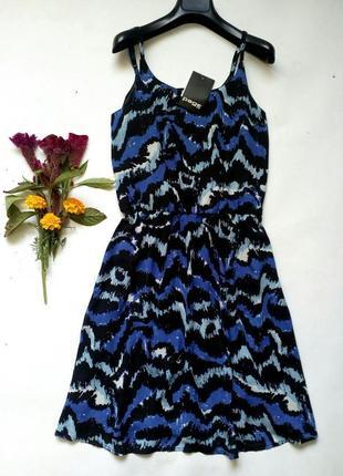 Лёгкое приталенное платье на тонких бретелях