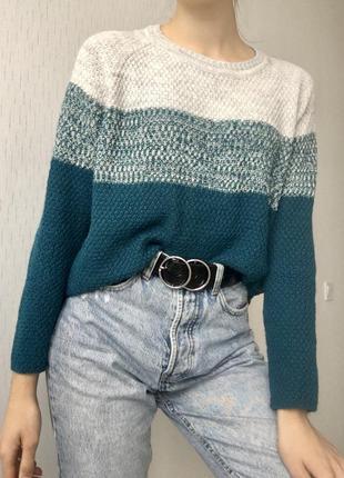 Стильный трёхцветный свитер от украинского бренда