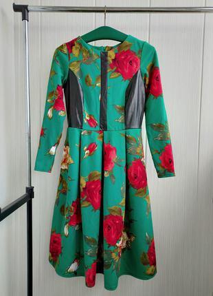Красивое платье в цветочный принтом со вставками эко кожи