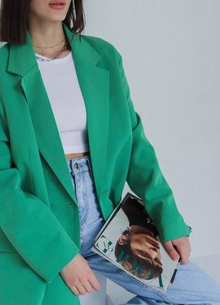 Яркий зелёный двубортный пиджак