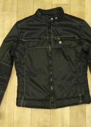 Стильная куртка короткая.