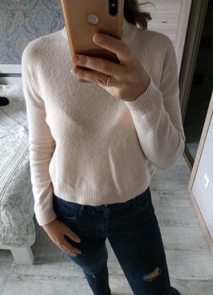 Теплый укороченный свитер пудрово-бежевого цвета альпака