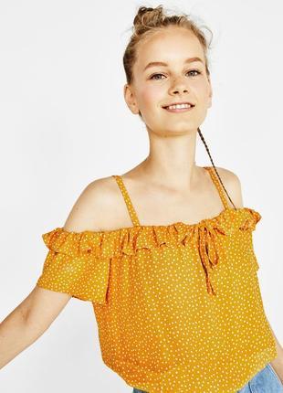 Блузка з широким декольте в горошок