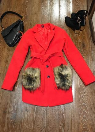 Стильное и крутое ярко красное пальто с меховыми карманами польша