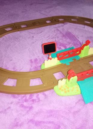 Дорога для машин, поезда со шлагбаумом