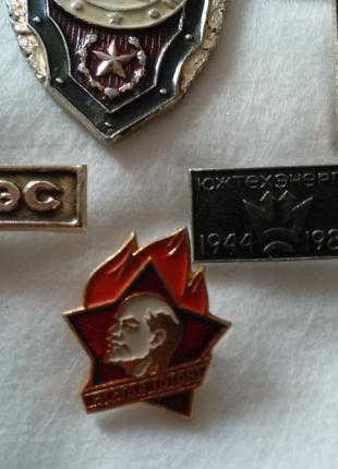 Значки та медаль