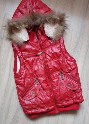 Красная жилетка с натуральным мехом
