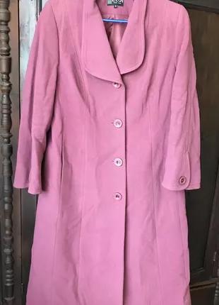 Длинное осеннее пальто розового цвета