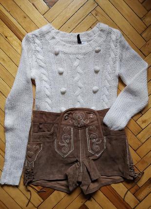 Молочный свитер с помпонами