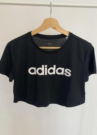 Укороченая футболка топ от бренда adidas