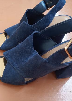 Синие замшевые босоножки на каблуке Aldo c золотистым носком.