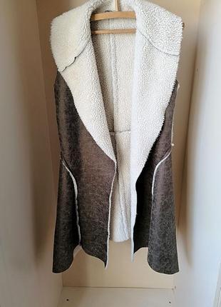Теплая удлиненная длинная асимметричная жилетка с мехом шерпа ...