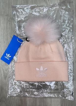 Розовая шапка-бини с помпоном из искусственного меха и логотип...