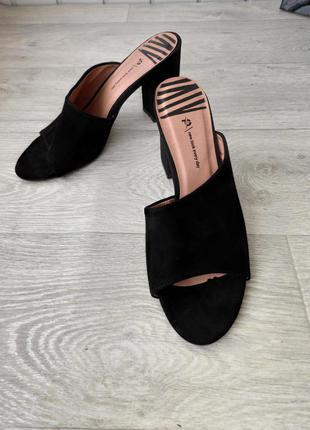 Черные замшевые женские шлёпанцы new look
