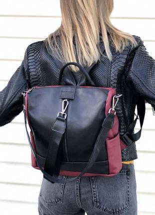 Кожаная сумка-рюкзак черного с бордовым цвета