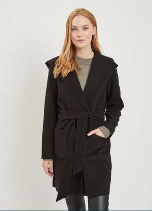 Черное женское пальто с капюшоном vila