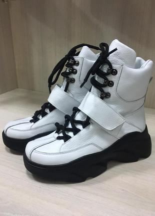 Кожаные ботинки на черной массивной подошве