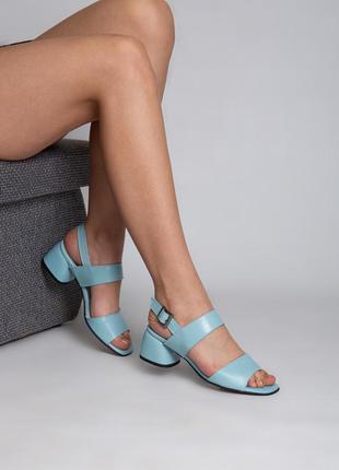 Кожаные женские босоножки в нежно голубом цвете на каблуке 4 см