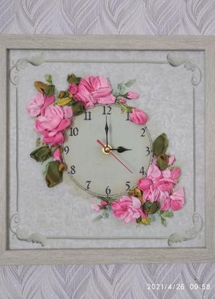 Настінний годинник, вишитий стрічками