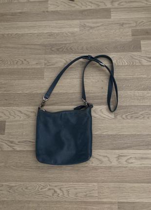Маленькая кожаная сумка.