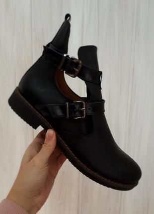 Черные кожаные ботинки с двумя пряжками