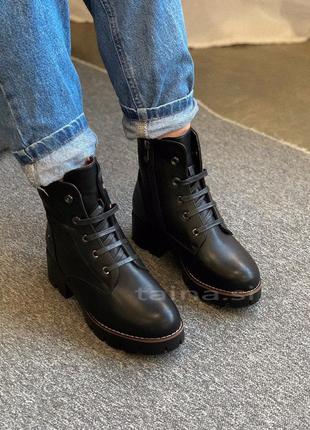 Черные утепленные ботинки на тракторной подошве