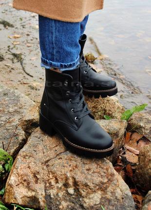 Черные утепленные ботинки на тракторной подошве зимние