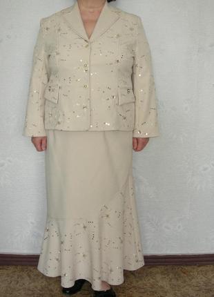Нарядный костюм на женщину