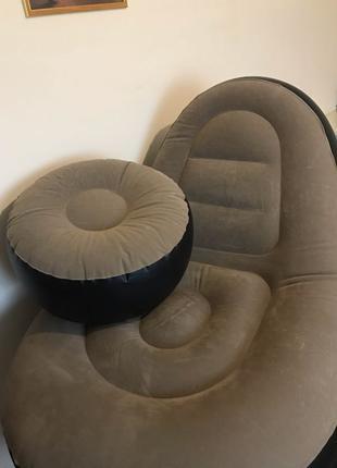 Надувное кресло с пуфом под ноги.