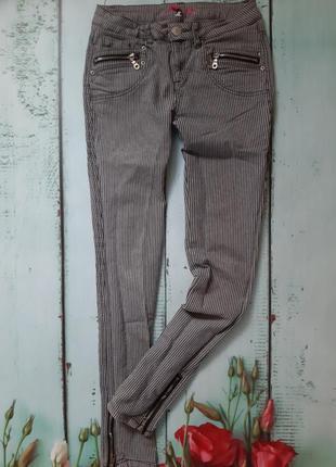 Стильные джинсы скинни в полоску