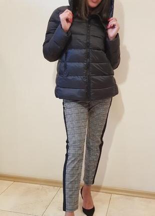 Курточка-пуховик с капюшоном черного цвета