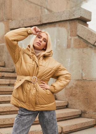 Дутая зимняя куртка-пуховик с поясом.