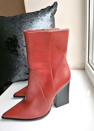 Новые кожаные рыжие ботинки с острым носом и квадратным каблук...