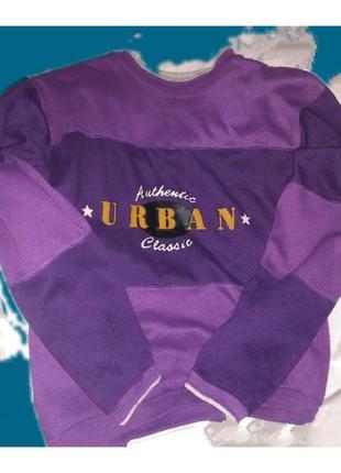 Толстовка фиолетового цвета с надписью.