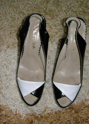 Новые босоножки на каблуке