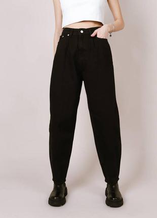 Чёрные джинсы бананы на высокой талии