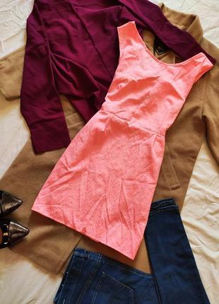 Платье розовое белое неоновое с вырезом на спине