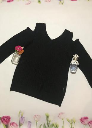 Стильный свитер с оголенными плечами