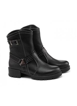 Зимние ботинки на низком каблуке