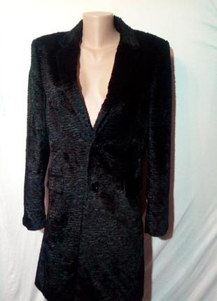 Черная шуба пальто из искусственного меха.
