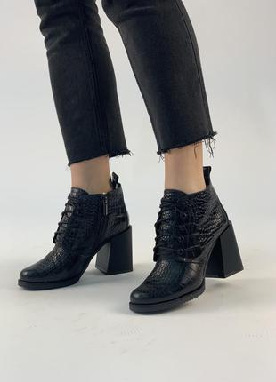 Черные кожаные демисезонные ботильоны на каблуке 8 см