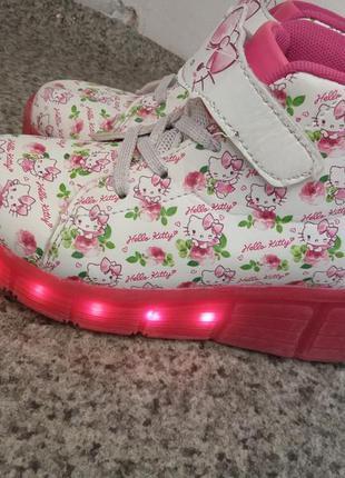 Светящиеся роликовые кроссовки .