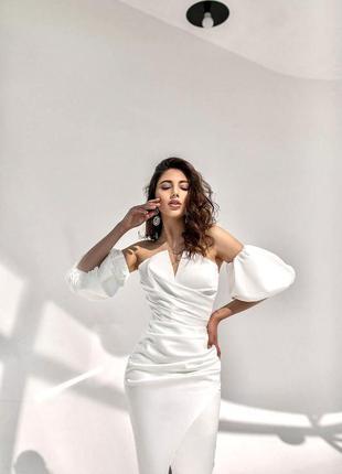 Шикарное свадебное платье с разрезом на ноге и объёмными рукавами