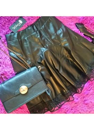 Чёрная юбка из эко-кожи с кружевом