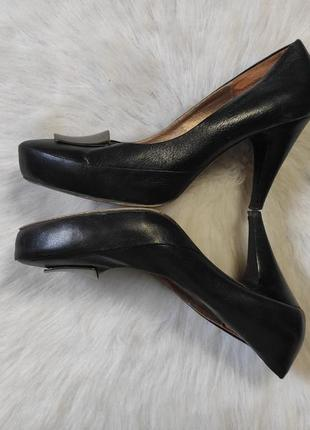 Черные кожаные туфли на низком среднем каблуке с металлической...