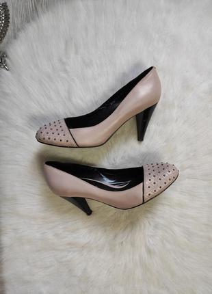 Розовые бежевые туфли лодочки на низком среднем каблуке с черным